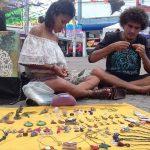 A vida dos artesãos de rua e a polêmica da Praça 9 de Novembro