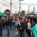 Professores da rede municipal de ensino protestam no Centro de Conquista