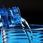 É FALSO que beber água e fazer gargarejos com sal ou vinagre impedem infecção por coronavírus