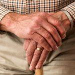 É FALSO que o governo suspenderá aposentadoria de idoso que sair à rua