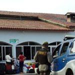 Poções inspeciona os passageiros de ônibus vindos de São Paulo