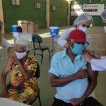 Idosos a partir de 79 anos são vacinados contra a covid-19 neste sábado (13)